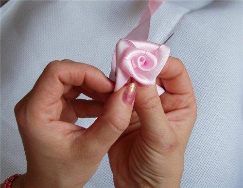 Как своими руками сделать цветы из ленточек?