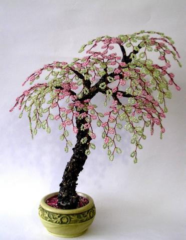 Дерево сакура в бисероплетении смотрится очень изящно.