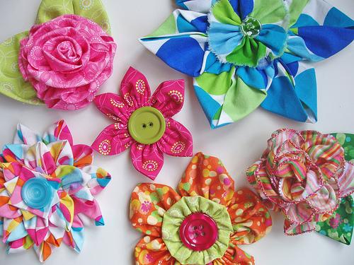 гостиную сделанными из ткани цветами.