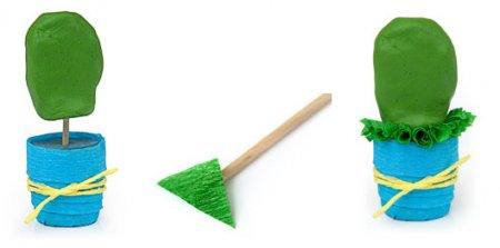 Основу для кактуса тоже нужно слепить сначала с пластилина и закрепить на горшке с помощью зубочистки.